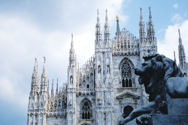 Duomo-with-lion,-Milan